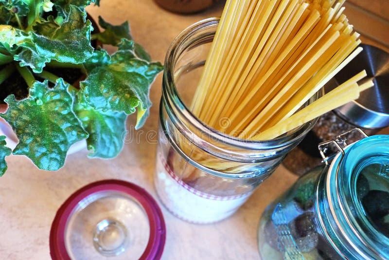 Envases hermosos para el almacenamiento de diversa comida Para los dulces, líquidos, imagen de archivo
