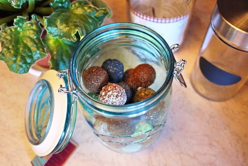Envases hermosos para el almacenamiento de diversa comida Para los dulces, líquidos, imagenes de archivo