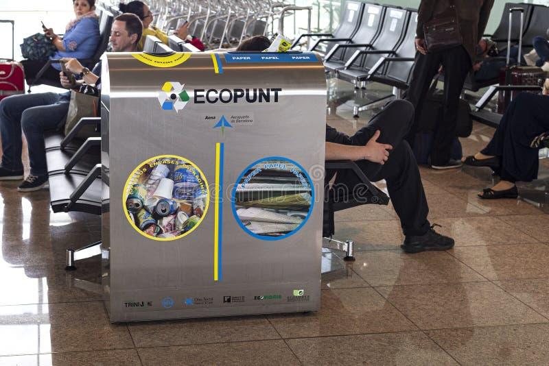 Envases para la recolección de basura separada en el edificio del aeropuerto Reciclaje de concepto Barcelona, Catalu?a, Espa?a 20 imágenes de archivo libres de regalías