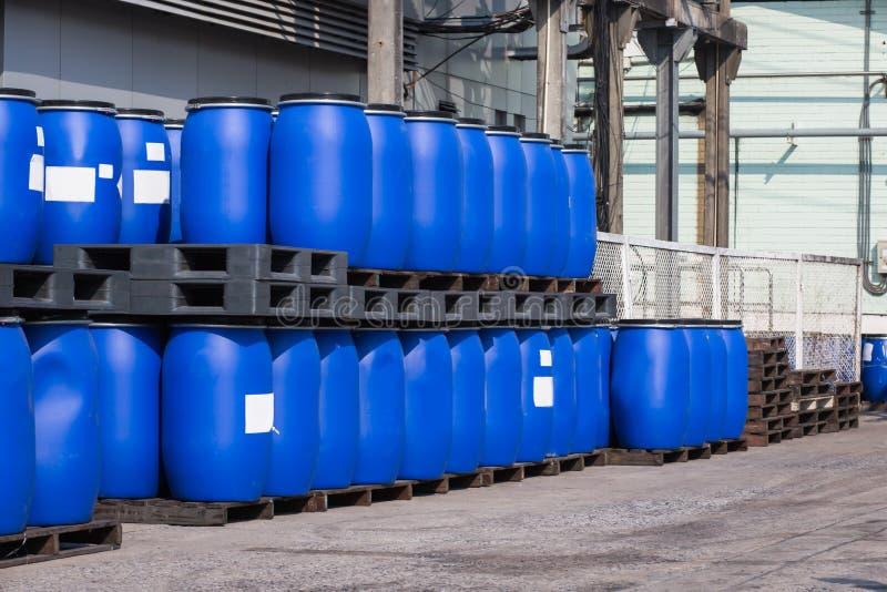 Envases plásticos azules de los tambores de almacenamiento para los líquidos en la sustancia química Pl imagen de archivo
