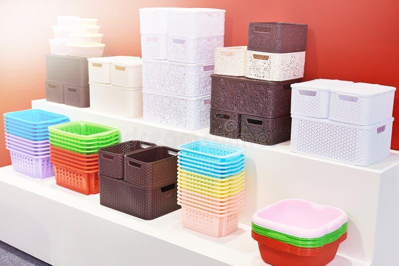 Envases plásticos del hogar en tienda fotografía de archivo libre de regalías