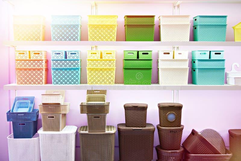 Envases plásticos del hogar en tienda imágenes de archivo libres de regalías