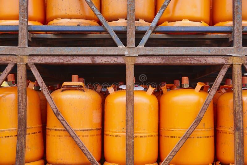 Envases usados del cilindro del butano del gas en tono anaranjado imagen de archivo libre de regalías