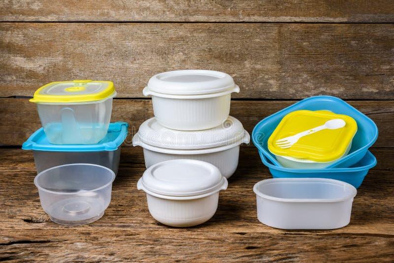 Envases vacíos para la comida en fondo de madera fotografía de archivo libre de regalías