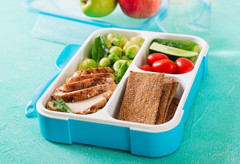 Envases verdes sanos de la preparación de la comida con el prendedero del pollo, el arroz, las coles de Bruselas y las verduras foto de archivo libre de regalías