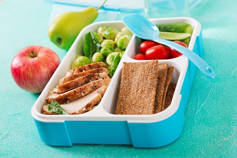 Envases verdes sanos de la preparación de la comida con el prendedero del pollo, el arroz, las coles de Bruselas y las verduras fotos de archivo libres de regalías