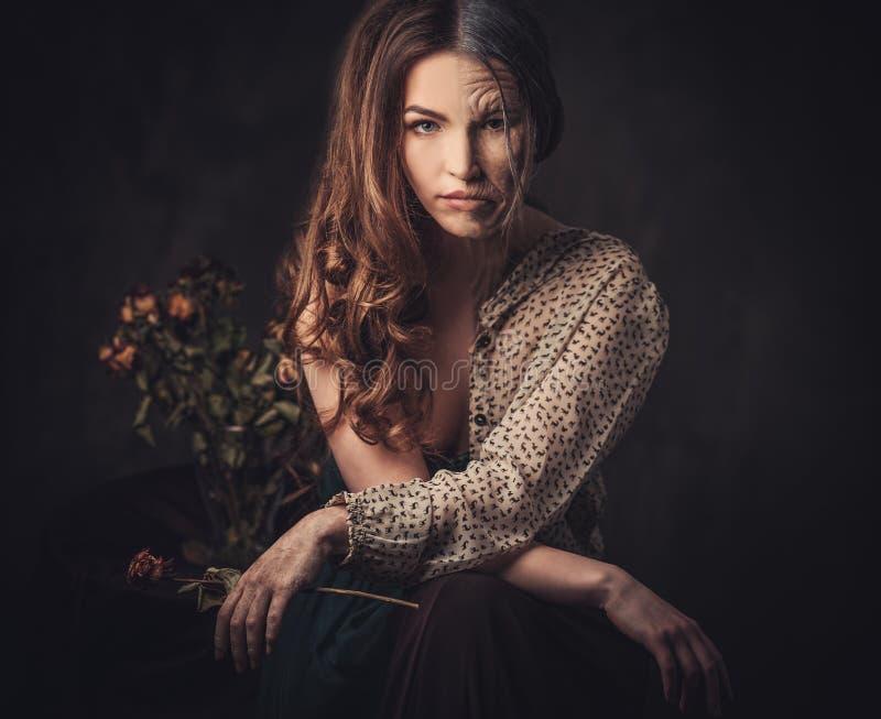 Envejecimiento, concepto del cuidado de piel Media vieja media mujer joven con el ramo color de rosa descolorado fotografía de archivo