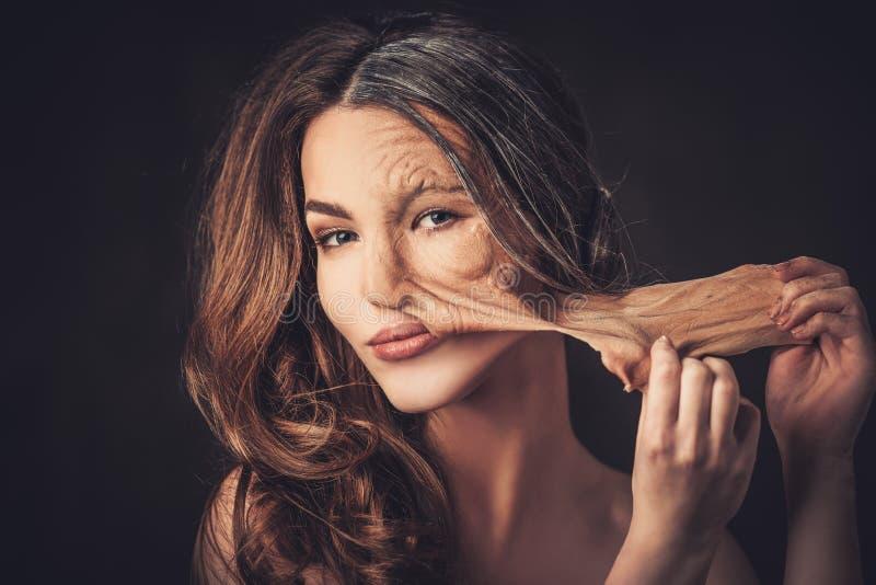 Envejecimiento, concepto del cuidado de piel Media vieja media mujer joven, tomas de foto de archivo
