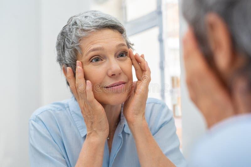 Envelhecimento maduro da mulher imagens de stock royalty free