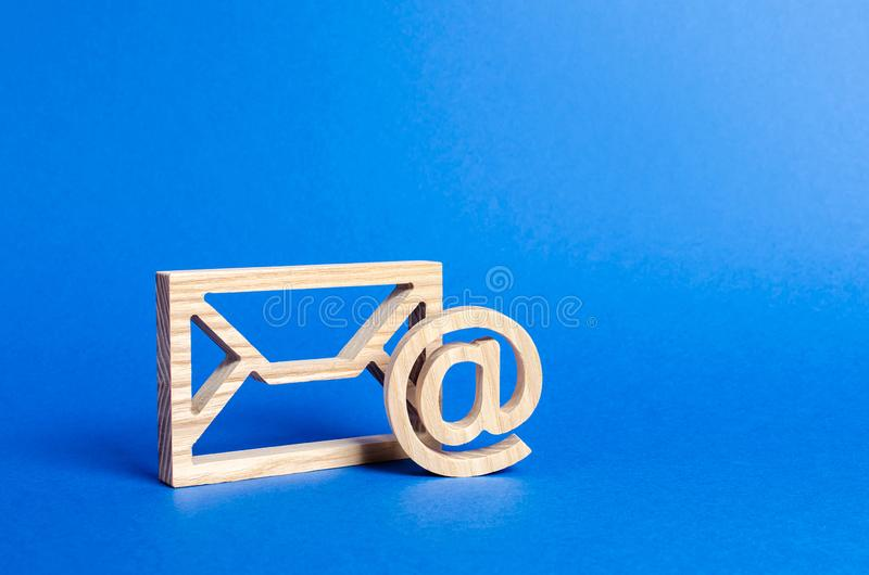 Envelop en e-mailsymbool op een blauwe achtergrond Conceptene-mail adres De technologie?n en de contacten van Internet voor meded royalty-vrije stock foto's