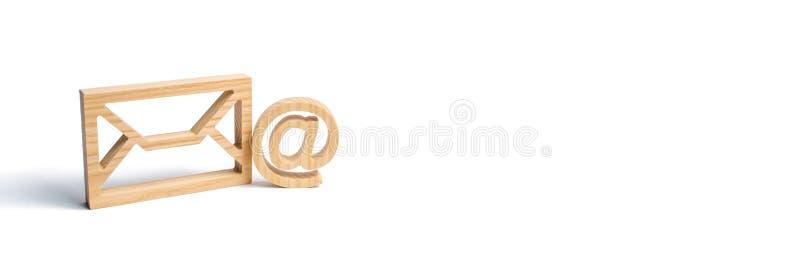 Envelop en e-mailsymbool op een witte achtergrond Conceptene-mail adres De technologieën en de contacten van Internet voor medede stock foto