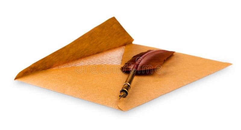 Envelop en een oude vulpen royalty-vrije stock fotografie