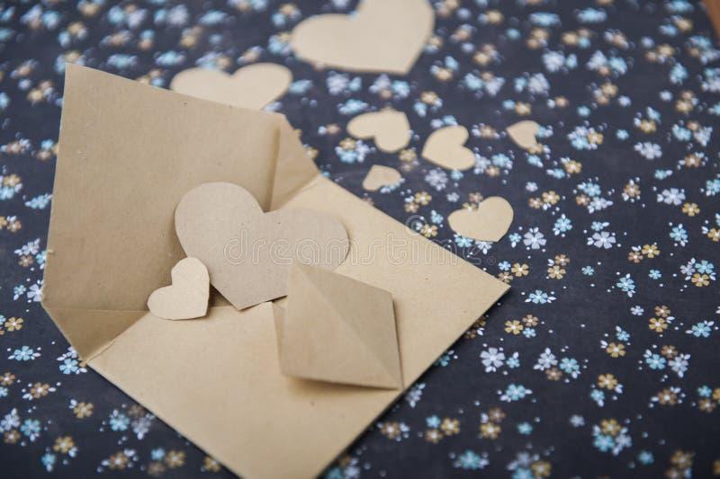 Envelop en hart op een bloemenachtergrond, liefdebrief, valentijnskaart` s bekentenis stock afbeelding