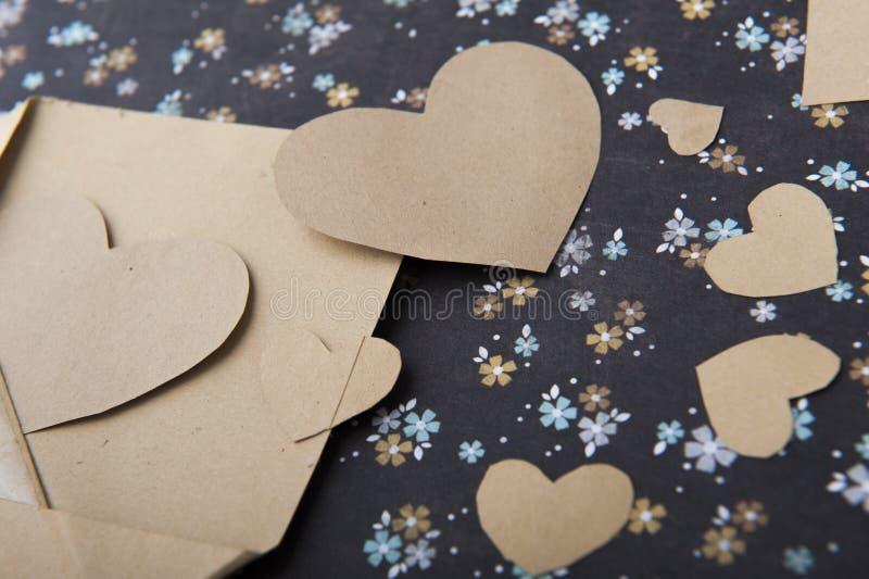 Envelop en hart op een bloemenachtergrond, liefdebrief, valentijnskaart` s bekentenis royalty-vrije stock afbeeldingen