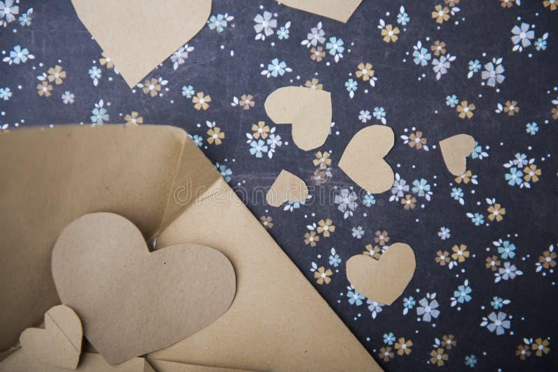 Envelop en hart op een bloemenachtergrond, liefdebrief, valentijnskaart` s bekentenis stock foto's