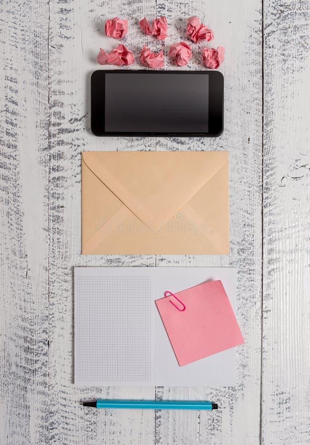 Envelop kvadrerade för anmärkningsgem för notepad lantligt för träretro tappning för kulör klibbig för limbindning pappers- smart royaltyfri foto