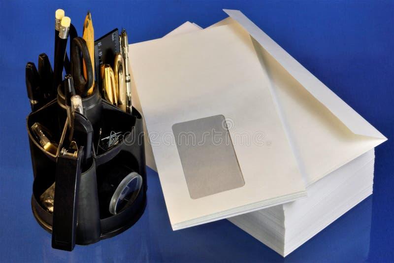 Envelopdocument post en geplaatst voor bureaupen, sticker, potlood, heerser, nietmachine, nietjes, klem, schaar Envelop vlakke re stock foto's