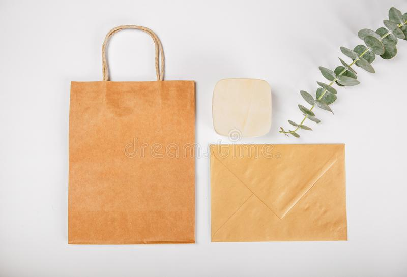 Envelope ajustado da caixa de madeira dos sacos de papel do ` s Brown do presente isolado imagens de stock royalty free