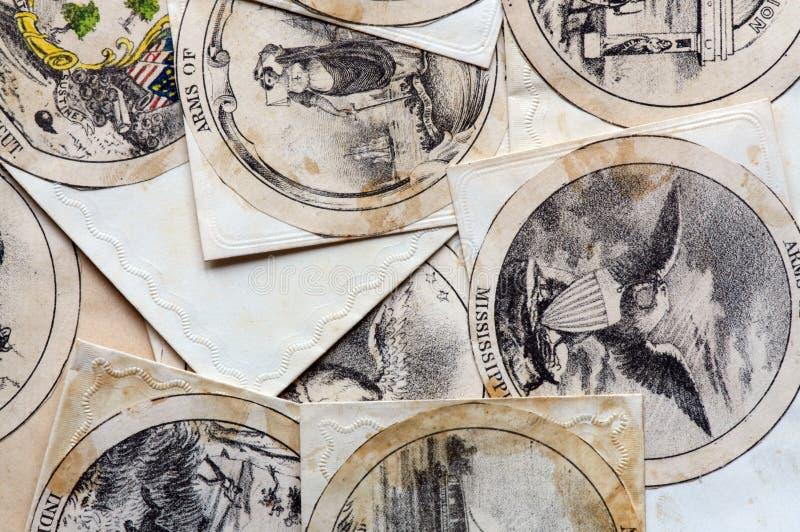 Envelope antigo com o revestimento de braço mais a beira imagem de stock royalty free