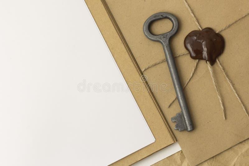 Envelope antiquado com a cera de selagem na tabela imagem de stock royalty free
