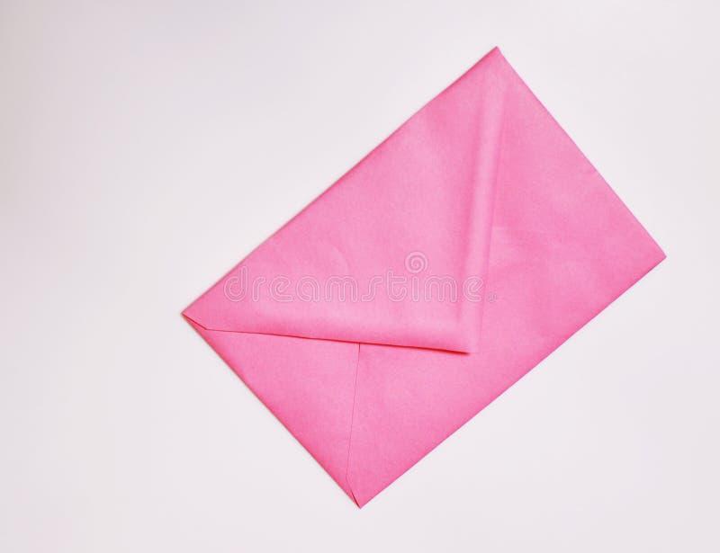 Envelope cor-de-rosa fechado no fundo branco fotografia de stock royalty free