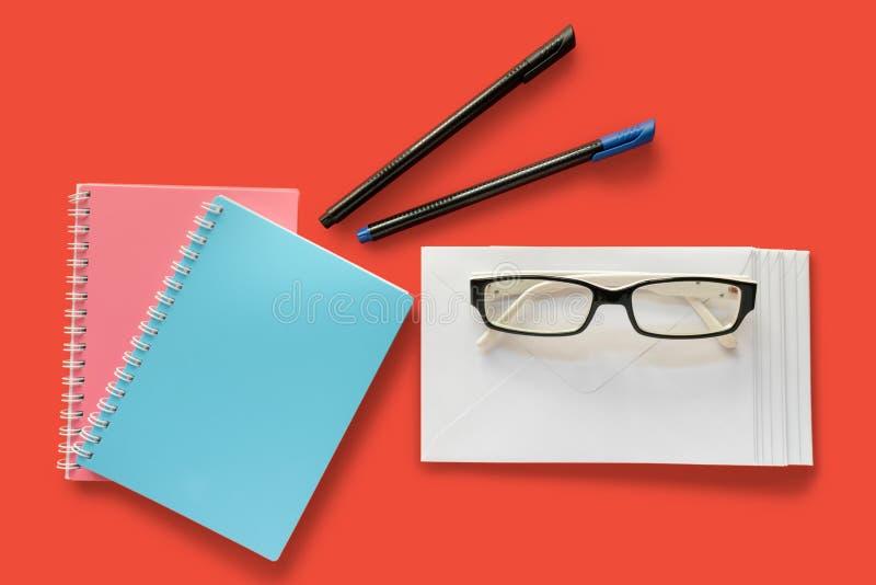 Envelope da letra, vidros do olho, penas e livros de nota imagens de stock royalty free