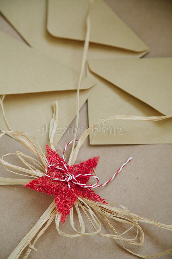 Envelope de Brown no fundo do vintage com decora??es festivas fotografia de stock royalty free