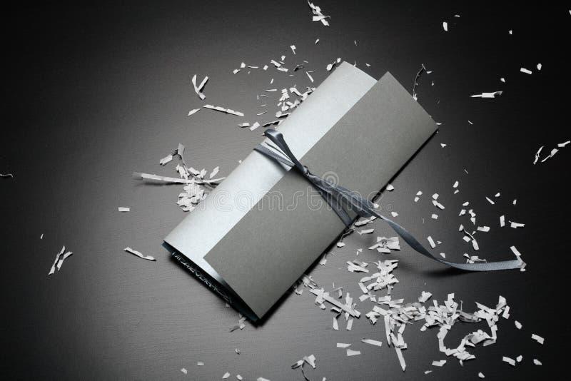 Envelope do convite do casamento de prata imagens de stock