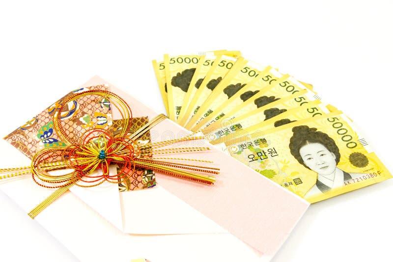Envelope do presente da sagacidade do dinheiro de Coreia no fundo branco imagem de stock royalty free