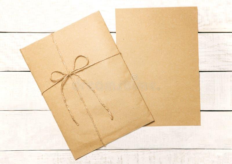 Envelope embalado no papel de embalagem e enfaixado com fita de linho blA fotos de stock royalty free