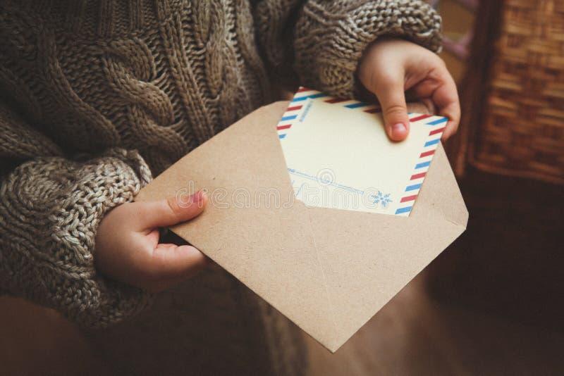 Envelope festivo do presente de Santa Claus da letra da criança fotografia de stock royalty free