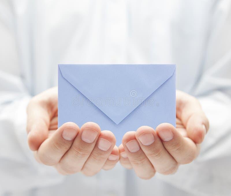 Envelope nas mãos fotos de stock royalty free