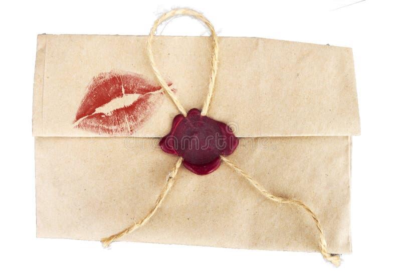 Envelope retro em um fundo branco com um traço de um beijo imagens de stock