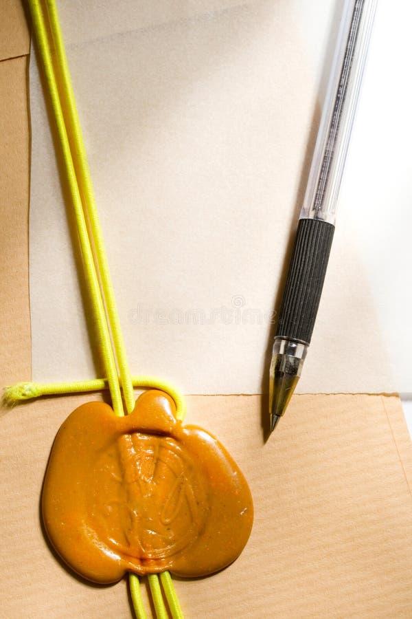 Envelope, selo e pena fotografia de stock
