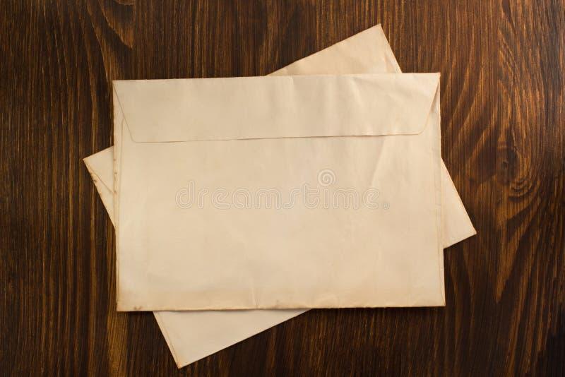 Envelope velho na madeira fotografia de stock