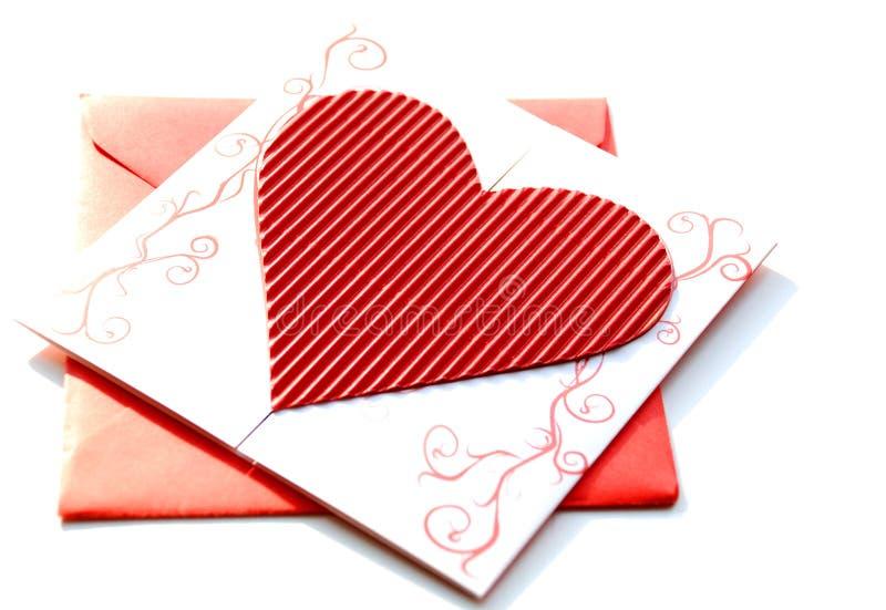Envelope vermelho com convite do casamento imagens de stock royalty free