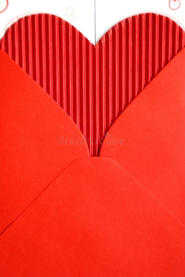 Envelope vermelho com coração de papel vermelho imagem de stock royalty free