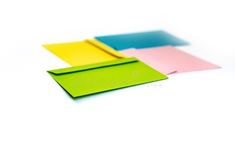Envelopes coloridos diferentes na tabela Multi envelopes coloridos foto de stock royalty free