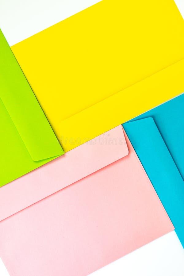 Envelopes coloridos diferentes na tabela Multi envelopes coloridos fotografia de stock royalty free