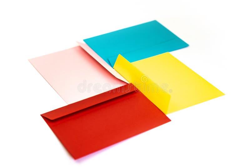 Envelopes coloridos diferentes na tabela Multi envelopes coloridos imagem de stock