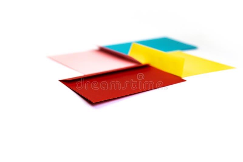 Envelopes coloridos diferentes na tabela Multi envelopes coloridos fotos de stock royalty free