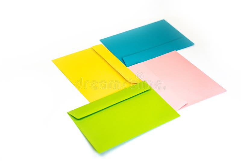 Envelopes coloridos diferentes na tabela Multi envelopes coloridos fotografia de stock