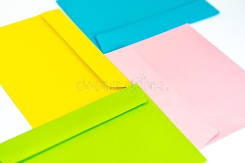 Envelopes coloridos diferentes na tabela Multi envelopes coloridos imagens de stock