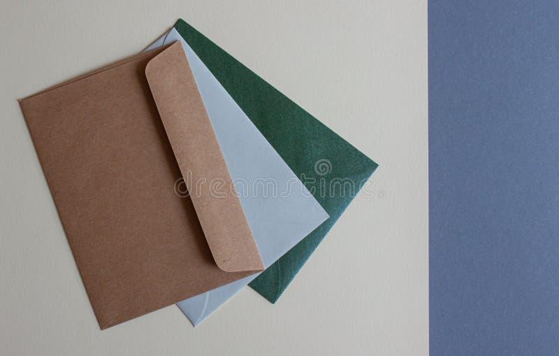 Envelopes coloridos na tabela fotos de stock