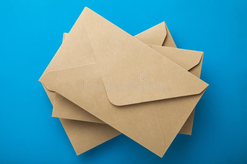Envelopes de Brown no fundo azul imagem de stock