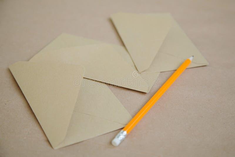 Envelopes de papel no fundo marrom do vintage imagem de stock royalty free