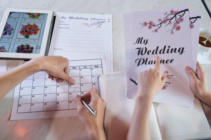 Enveloppé dans le jour du mariage de planification photo stock