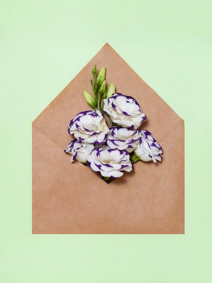 Download Enveloppe Avec Les Fleurs De Papier Photo stock - Image du toujours, effectué: 77152288