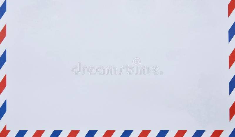 Enveloppe avec rouge et bleu à la frontière à l'arrière-plan blanc photo libre de droits