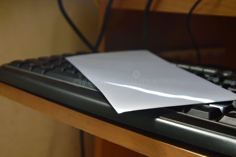 Enveloppe blanche sur le clavier d'ordinateur photos libres de droits